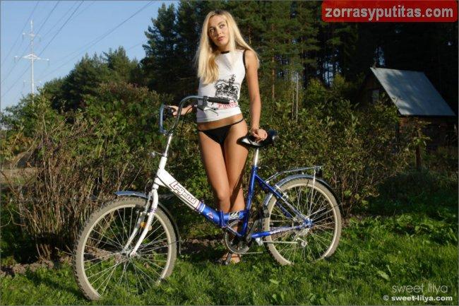 Sale a montar en bici y acaba desnuda y caliente - foto 1