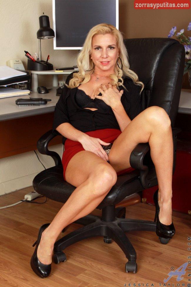 La madura milf Jessica Taylor sexy en la oficina - foto 2