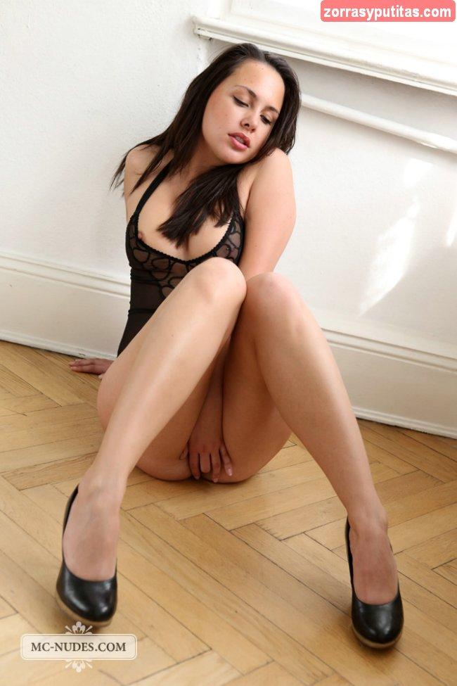 Morena sexy luciendo nuevo conjunto de lenceria - foto 1