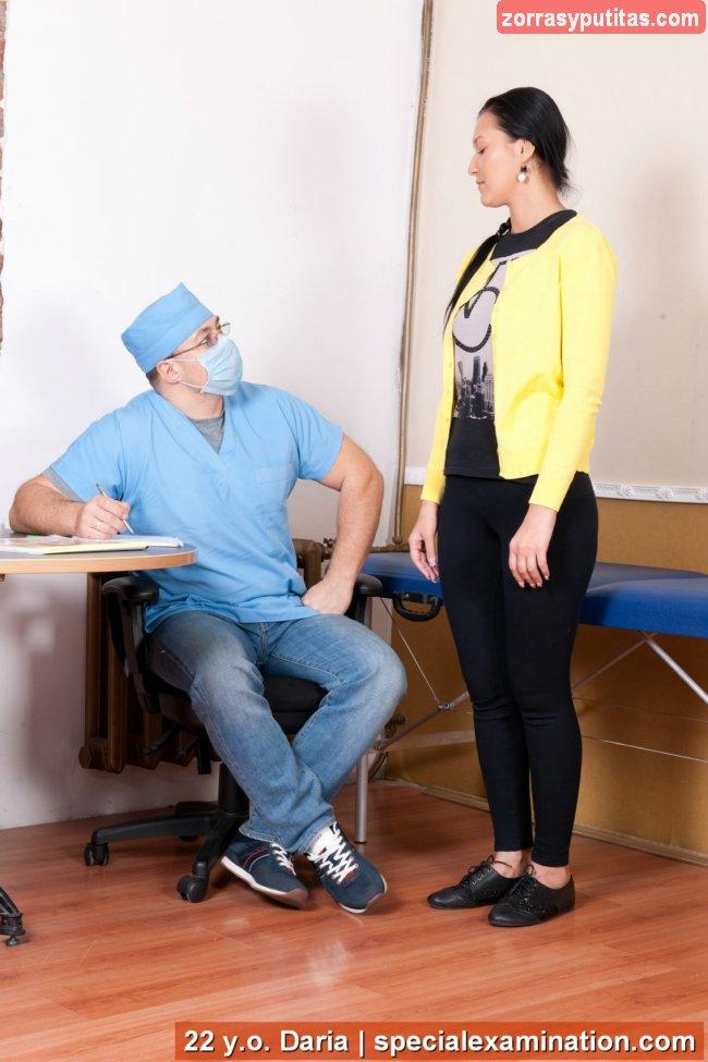 El ginecólogo la mira con cara de vicioso - foto 1