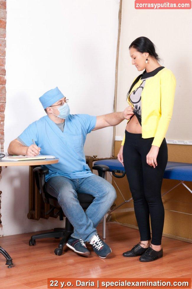 El ginecólogo la mira con cara de vicioso - foto 2