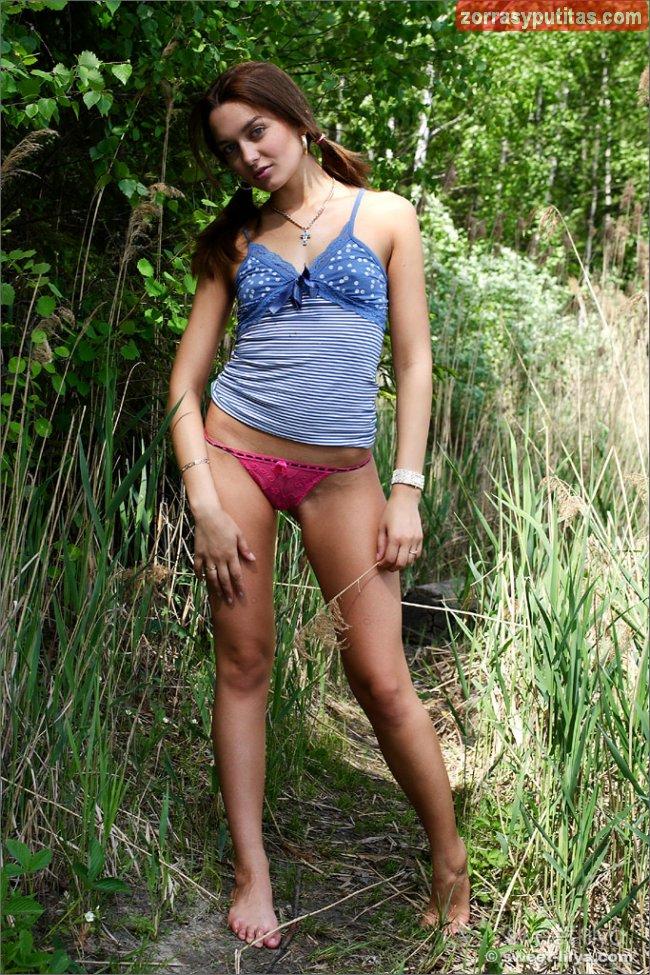 Le da mucho morbo bañarse desnuda en el rio - foto 2