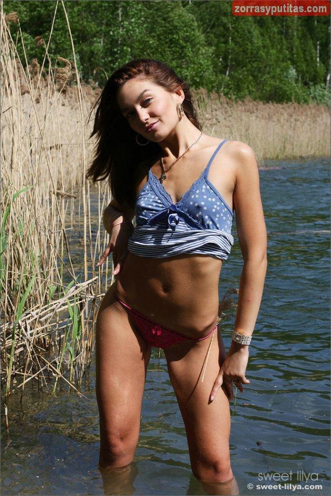 Le da mucho morbo bañarse desnuda en el rio - foto 3