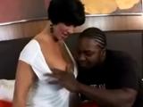 Un negro disfrutando con el cuerpo de mi señora