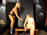 A la madurita le gusta castigar a su amante sumisa - Video de Maduras Milf