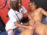 Enfermera tailandesa pajea y folla a un paciente