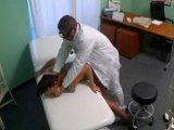 El ginecólogo cabalga sobre su paciente