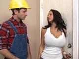 La señora de la casa se quiere follar al carpintero - Video de Maduras Milf