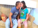 Penetrando a cuatro patas a la sexy Little Caprice - Video de Jovencitas