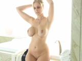 La tía se acaba de dar una ducha, joder que tetas - Video de Actrices Porno