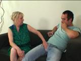La vecina no se corta, echa mano a mi paquete - Video de Maduras Milf