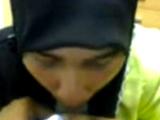 Putita musulmana con la hiyab se lo traga todo