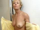 Madre sale de la ducha con ganas de un orgasmo