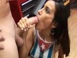 Cubana es follada por el tatuador en la tienda