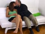 El abuelo tiene ganas de follarse a la nieta - Video de Incesto Gratis