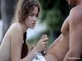 Sexo oral con su novio en el jardín - Video de Mamadas