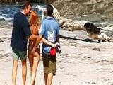 Follada en la playa por dos chicos a la vez