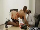 August Ames se folla a su nuevo jefe negro
