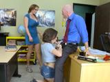 Madre e hija se turnan para follar al profesor