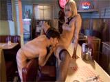 Le pega una follada a la camarera del bar
