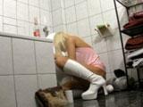 Su compañero de piso la pilla potando en el baño