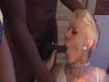 Madura lo disfruta en un gangbang interracial
