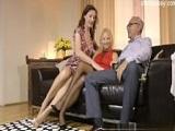 El abuelo se graba con sus dos nietas