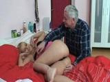 El abuelo se folla a la nieta