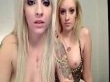 Amigas tatuadas se muestran en la webcam