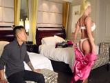 La masajista culona se la puso muy dura - Video de Rubias