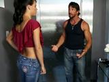 En el ascensor con su vecina tetona - Video de Tetonas