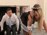 Atraído por su sexy sirvienta y su culazo - Video de Rubias