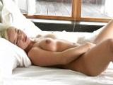 Rubia se despierta con una buena paja