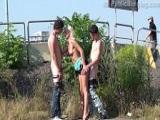 Jóvenes hacen un trío en plena calle