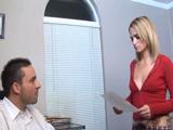 La secretaria se gana el sueldo follando - Video de Rubias