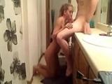 Pareja se lo monta en el lavabo de casa - Video de Amateur