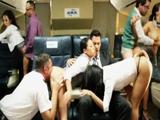 Las azafatas recibieron polla en una orgía - Video de Orgias Porno