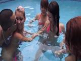 Fiesta y orgía en la piscina de sus vecinas - Video de Orgias Porno