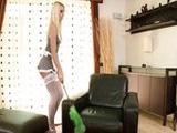 Pegandole un polvazo a la criada macizorra - Video de Rubias