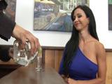 Liga con el barman y se lo folla en casa - Video de Maduras Milf