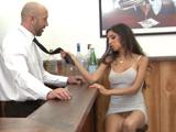 Quiere una aventura con el barman - Video de Casadas Infieles
