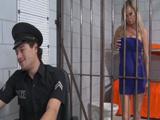Folla con el carcelero para salir de allí - Video de Rubias