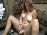 Usando verduras para pajearse el coño