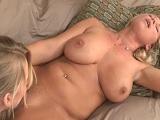 Tarde de juegos sexuales con mamá muy caliente - Video de Lesbianas