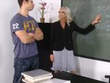 Al final la profesora le puso la polla tiesa