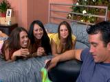 Las amigas de su mujer le tentaron en casa - Video de Orgias Porno