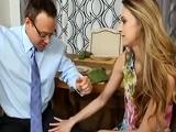 La zorra de su hijastra le tiró la caña… - Video de Jovencitas