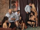 Follan en la zona vip con las strippers