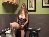 Mamá se masturba en el lavabo - Video de Masturbaciones