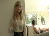 Se excita al ver a su hijo pajearse - Video de Incesto Gratis